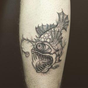 Blackwork Tattoo Vienna Wien Tattoostudio Oldschool traditional Tattoo Anglerfisch Fisch Licht Monsterfisch schwarz Zeichnung