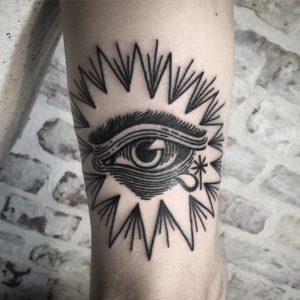 Blackwork Tattoo Vienna Wien Tattoostudio Oldschool traditional Tattoo Auge eye schwarz Tränen tears