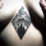 Blackwork Tattoo Vienna Wien Tattoostudio Oldschool traditional Tattoo mountains berge brüste tattoo underboob between boobs zwischen brüsten tattoo Landschaft